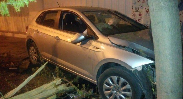 Perdió el control del auto, se subió a la vereda y chocó contra un árbol