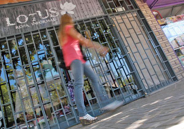 Otro robo en pleno centro: esta vez, sustrajeron ropa de una tienda