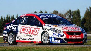 Manu Urcera estrena el Peugeot 408 en La Plata.