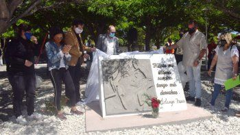 El descubrimiento del monolito con el rostro de Solange, que identificará la plaza que lleva su nombre.