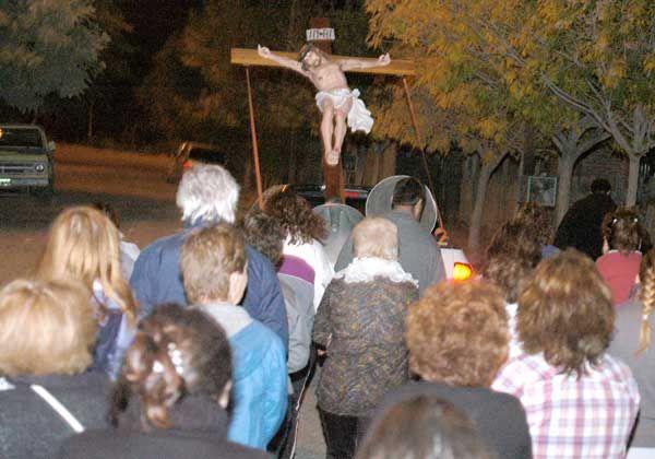 Multitudinario Vía Crucis transitó por las calles del barrio Anai Mapu