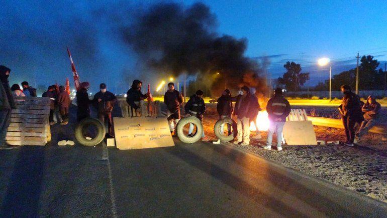 Trabajadores de Zanon bloquean la Ruta 7 porque les cortaron la luz