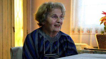 la abuela que fue madre y maestra de su nieta