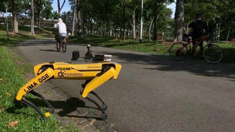 Mirá el perro robot que vigila el distanciamiento social en la calle