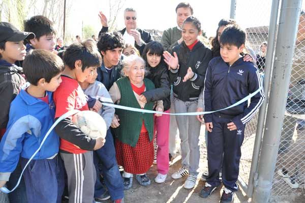 Weretilneck inauguró un nuevo playón deportivo