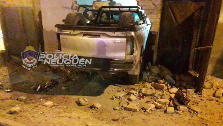 Estrelló su camioneta contra una casa y le dieron una paliza